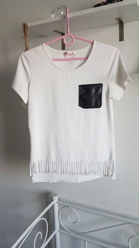 Biała bluzka kieszonka frędzle