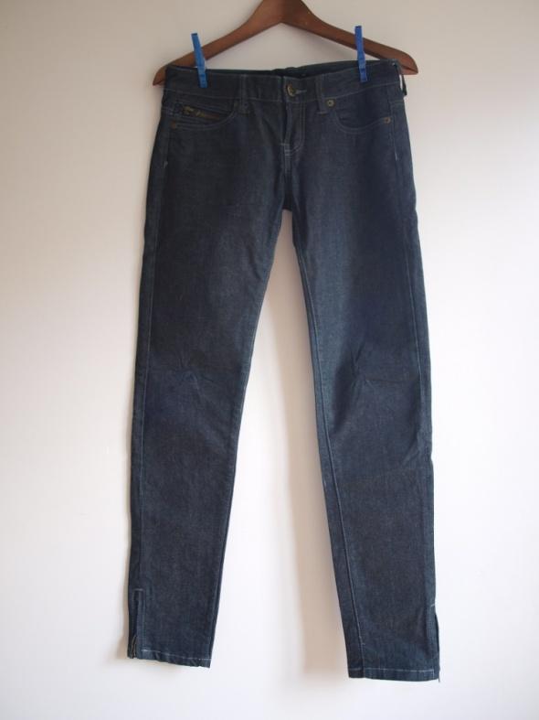 czarne jeansy rurki Terranova...