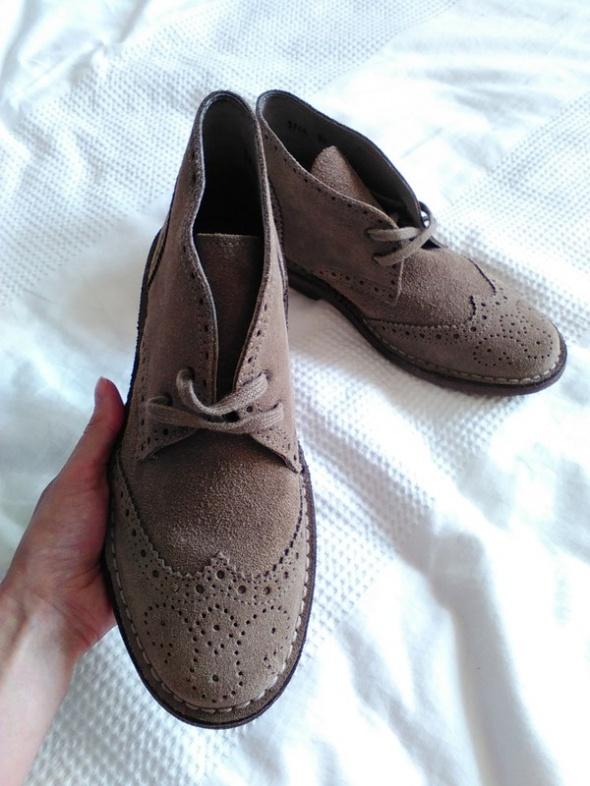 Brązowe zamszowe trzewiki na jesień desert boots