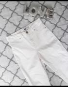 Białe spodnie z wyższym stanem...