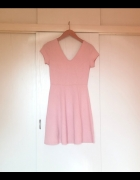 Różowa wytłaczana sukienka w róże Tally Weijl...