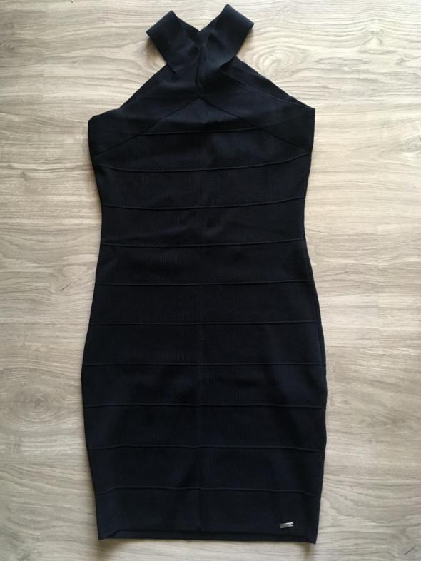 Czarna ołówkowa sukienka z ciekawym zapięciem...