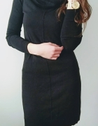 Sukienka czarna z szerokim golfem