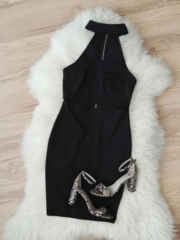 Czarna dopasowana seksowna sukienka z chokerem i wycięciem w talii