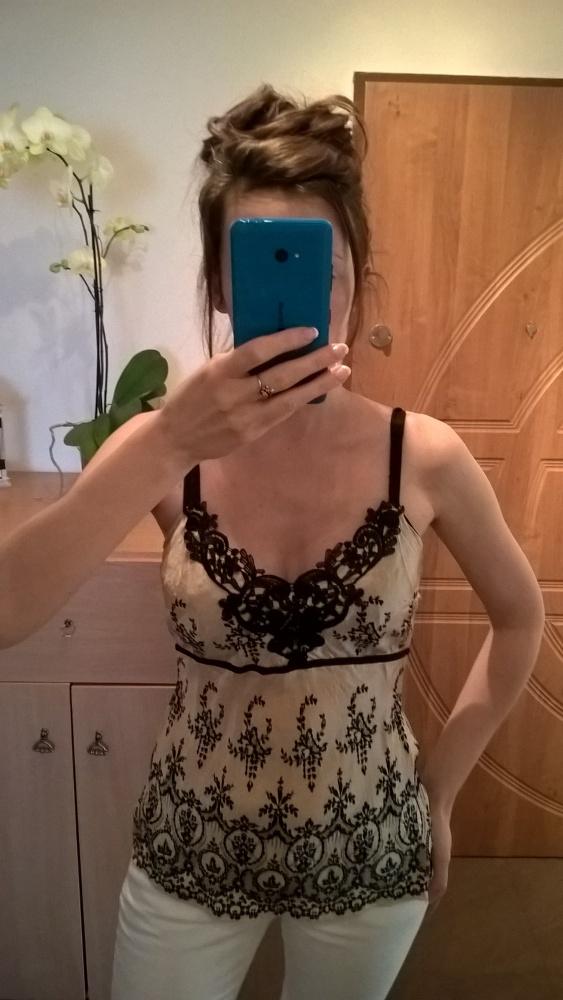 Elegancka jedwabna koszulka na ramiączkach...
