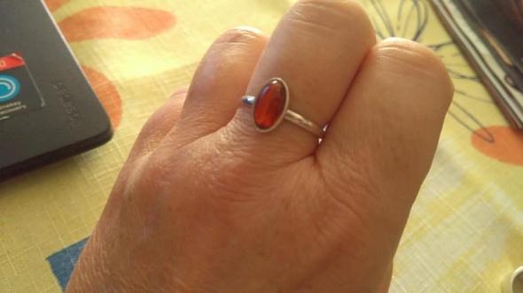 Srebrny pierścionek z bursztynem
