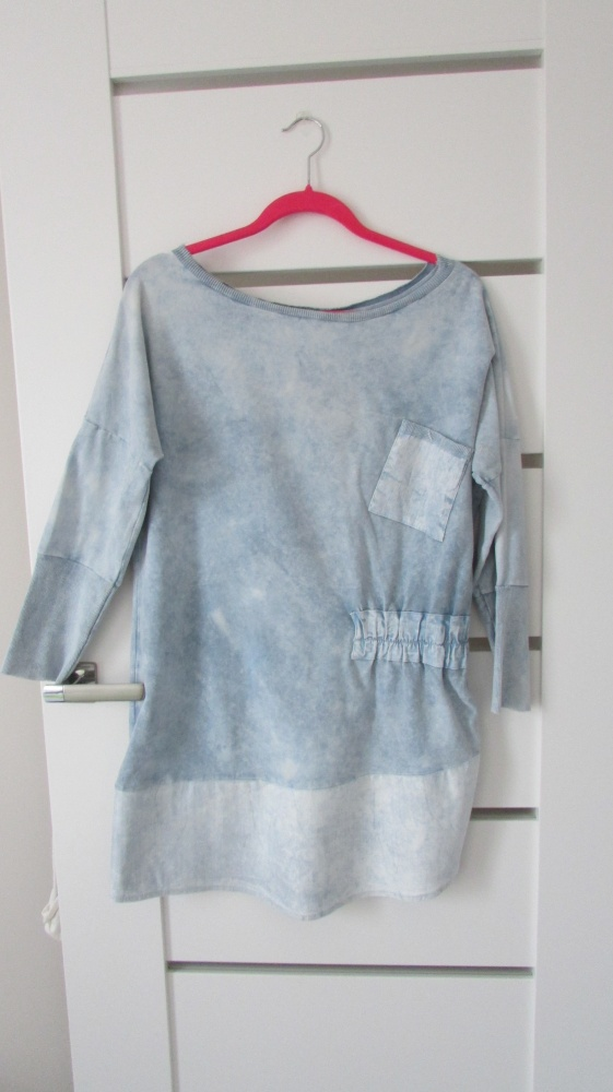 Niepowtarzalna błękitna sukienka bluza