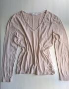 Beżowy nude sweterek w serek EDC by Esprit...