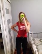 Czerwona koszulka z nadrukiem...
