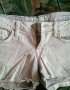 krótkie jasne szarpane jeansowe spodenki...