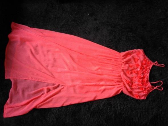 Długa jaskrawa sukienka...