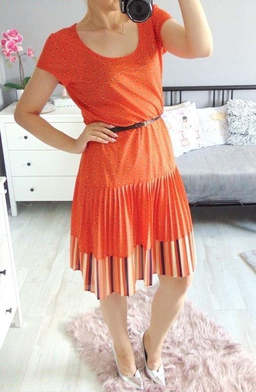 Sukienka we wzorki z plisowaniem