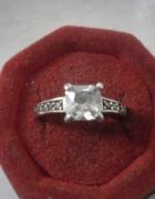 Bardzo ładny srebrny pierścionek z cyrkoniami APART...