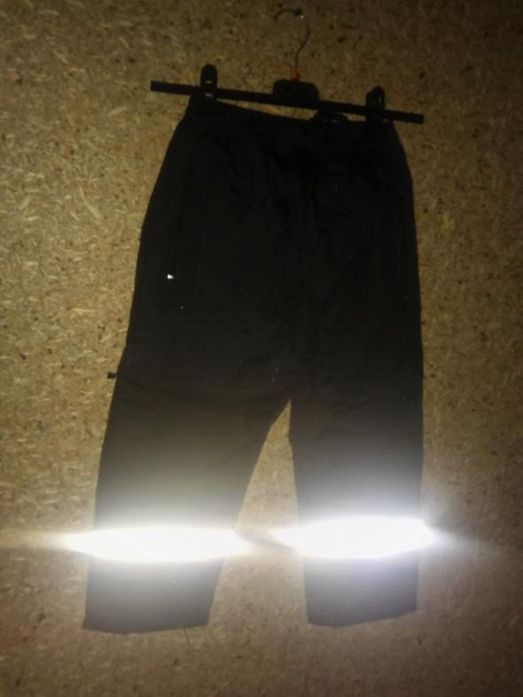Czarne spodnie narciarskie odblaski 122 cm