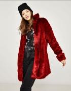 Czerwony płaszczyk ze sztucznego futerka BERSHKA...