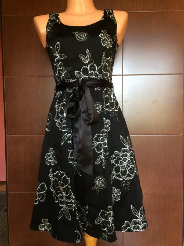 Czarna sukienka w srebrne kwiaty...