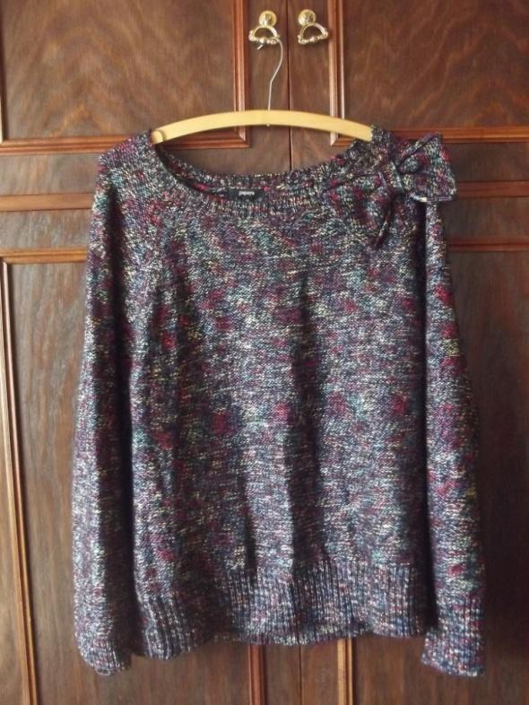 kolorowy sweter z kokardką