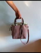 Torebka kuferek do ręki lub na ramię pudrowy róż wężowe wstawki...