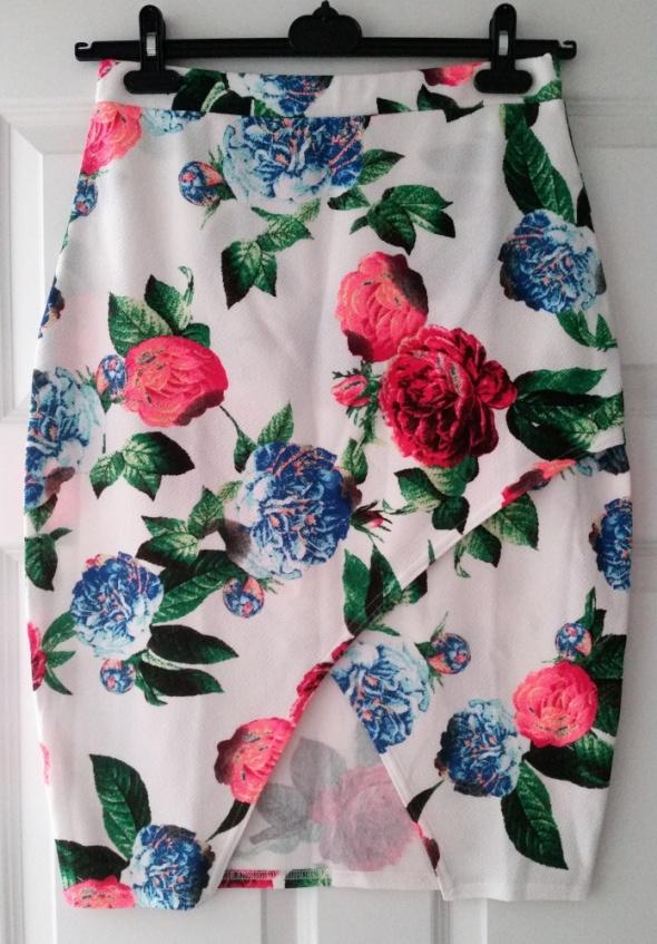 Missi London biała spódnica w kolorowe kwiaty róże