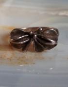 Stary srebrny pierścionek kokardka...