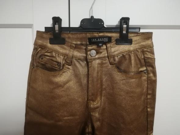 Metaliczne spodnie damskie Top Secret...