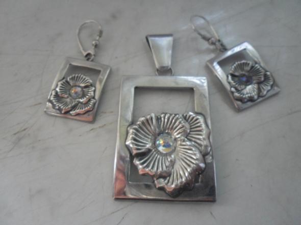 Zestaw srebrnej biżuterii zawieszka i kolczyki motyw róży...