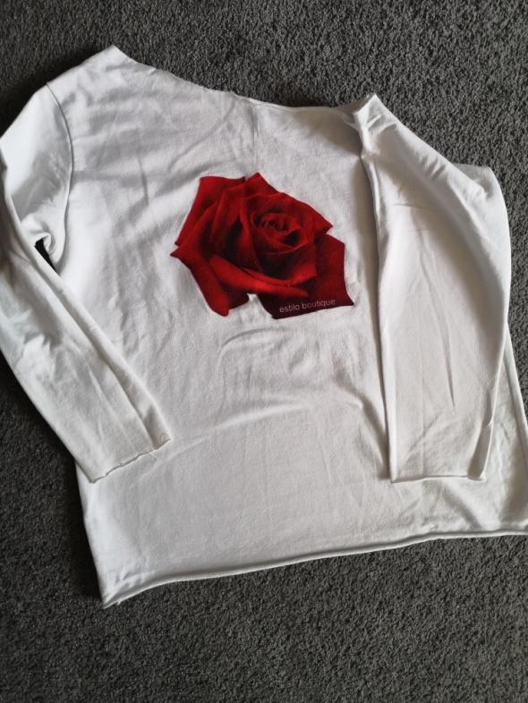 Biała bluzka na jedno ramię z róża
