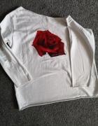 Biała bluzka na jedno ramię z róża...
