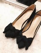 Truffle Collection Czarne eleganckie zamszowe szpilki z kokardk...
