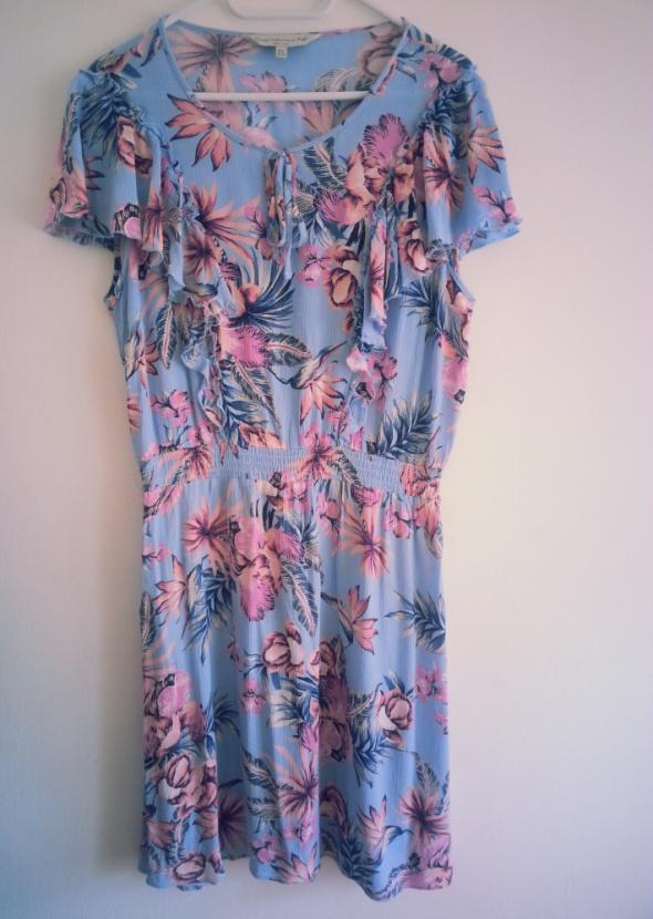 Sukienka w stylu hawajskim kwiaty