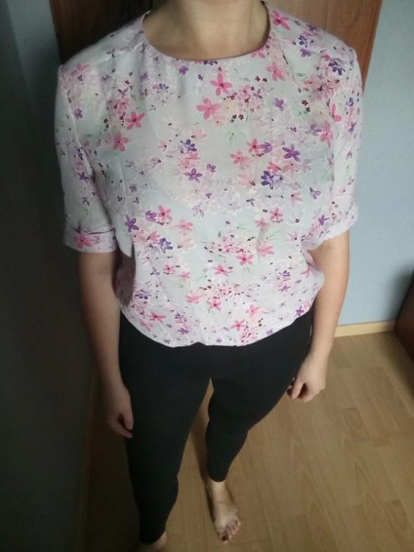 Dziewczęca bluzka w kwiaty...