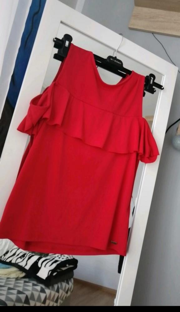 Czerwona bluzka odkryte ramiona