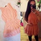 Sukienka brzoskwiniowa w falbanki