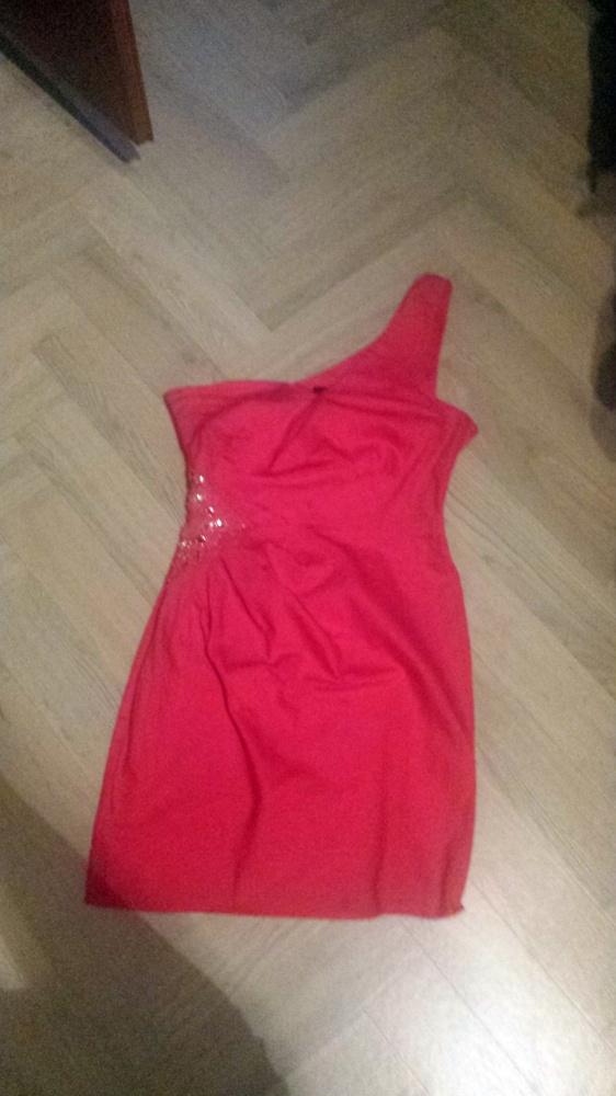 Malinowa sukienka z cekinami