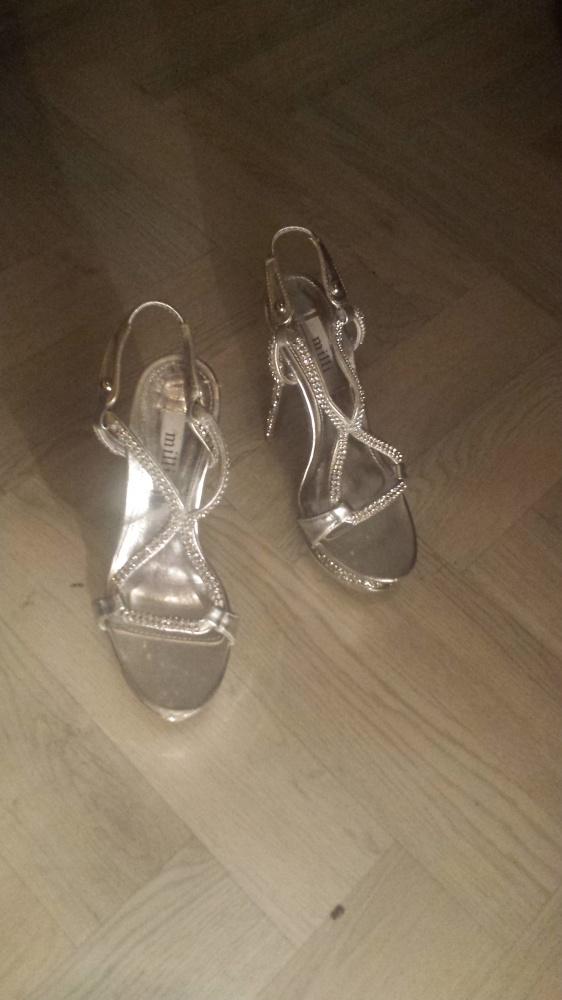 Srebrne sandały z kryształami
