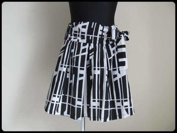 Spódnica czarno biała z wiązaną kokardą 38 M super stan