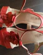 Sandałki na koturnie...