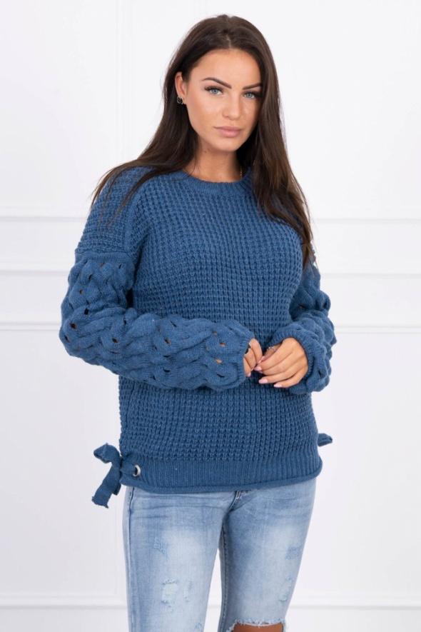 Sweter z ozdobnymi rękawami...