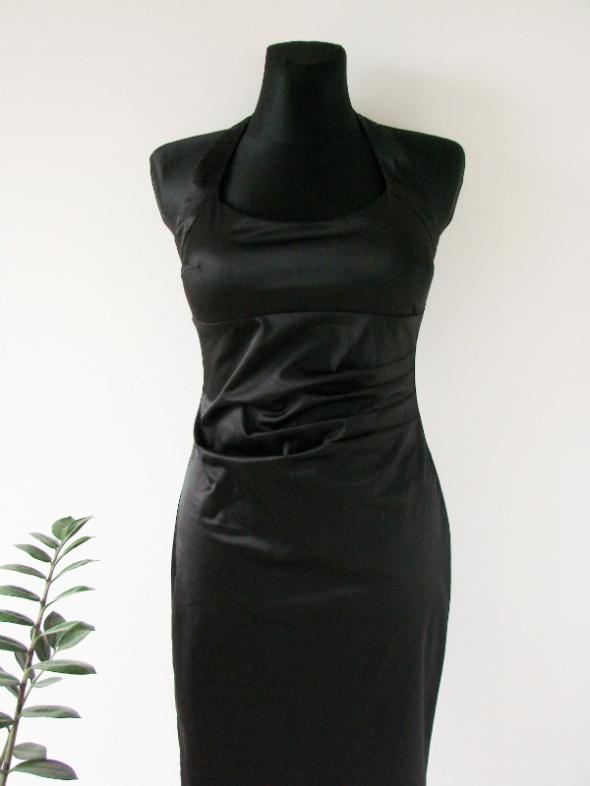 Elegancka dopasowana czarna sukienka midi