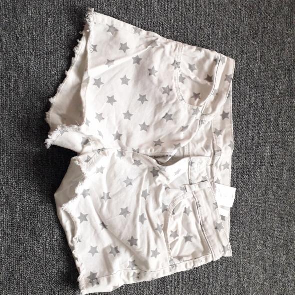 Spodenki białe w gwiazdy H&M...