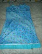 błękitna kwiecista sukienka