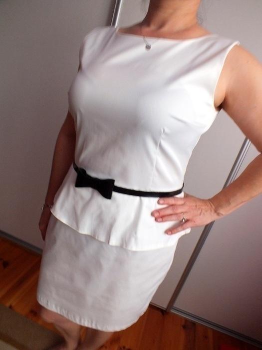 Śliczna sukienka z baskinką zip na plecach pasek