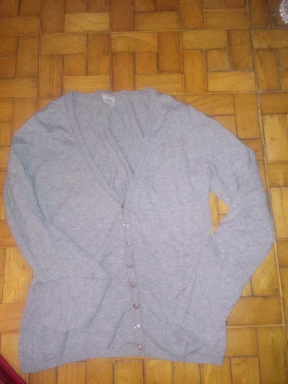szary sweter w serek...