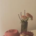 Ponczo i różowe akcesoria na powitanie jesieni