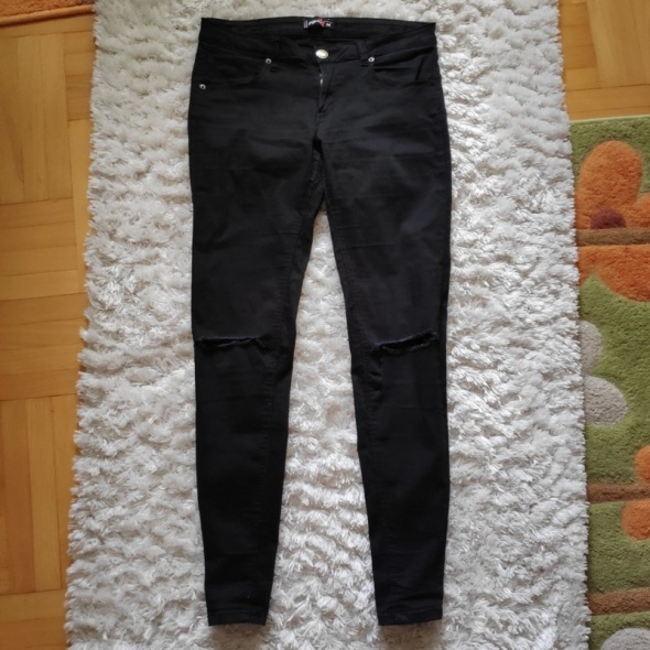 Czarne spodnie skinny z dziurami na kolanach...
