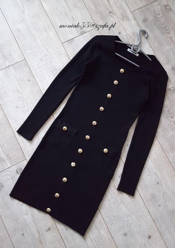 Prążkowana czarna sukienka ZŁOTE guziki