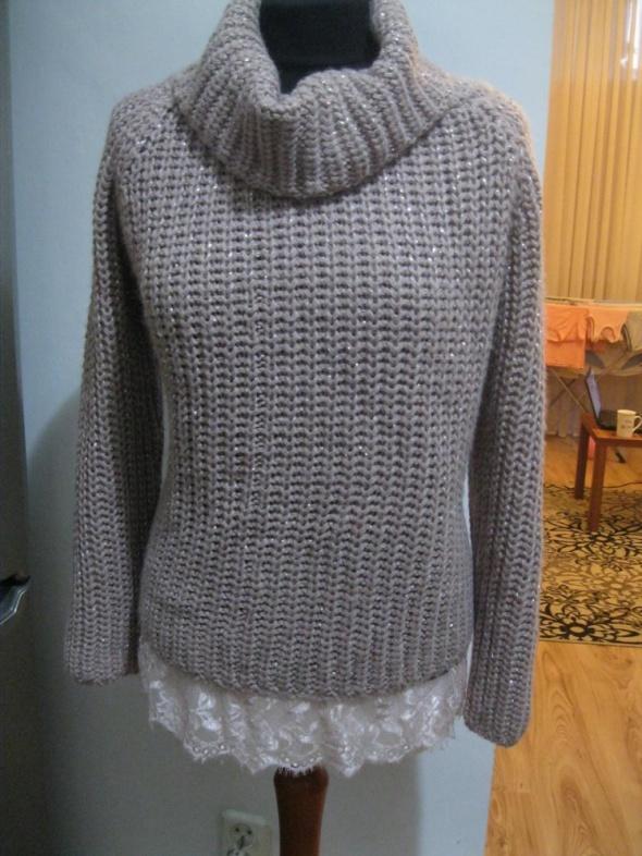 pudrowy sweter golf M L z koronką oversize