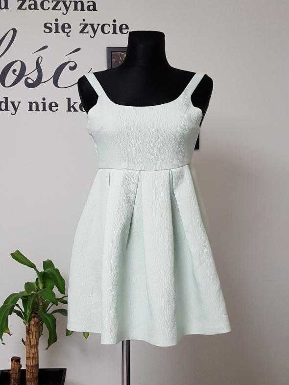 rozkloszowana miętowa sukienka Zara...