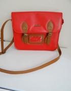 Czerwona torebka listonoszka...