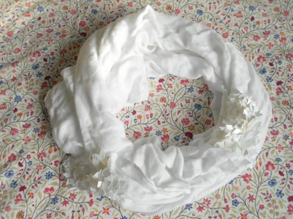 HM biała chusta szal zdobiony cekiny